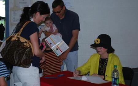 photo Judith Viorst signing=