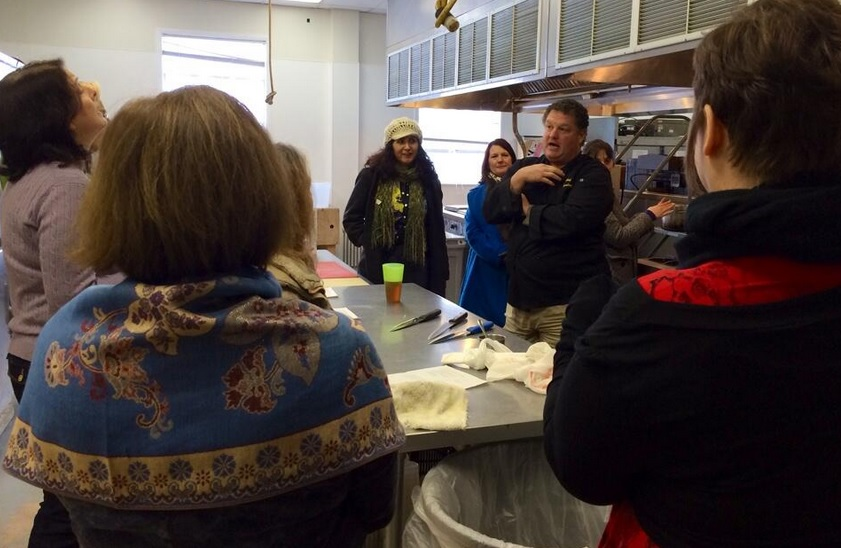 """Chef David """"Curley"""" Cornblatt, owner of Curley's Q Food Truck teaches at a """"MoCo Cooking for Good"""" meeting."""